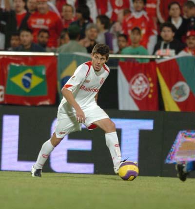 Alex dominando o meio-campo no jogo contra Sttutgart pela Copa Dubai 2008